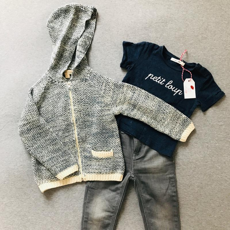 La tenue de rentrée de Gabriel : Le gilet neuf La Petite Collection, le t-shirt de 2nde main & le jeans de 2nde main