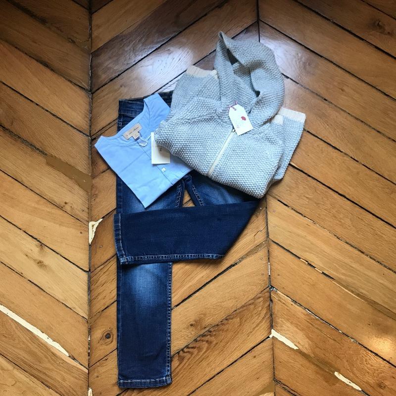 Roméo fait son anniversaire : le gilet et la blouse neuve La Petite Collection et le jeans de seconde main