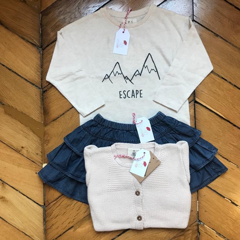 Lisa dans la cour de récré : le T-Shirt neuf Les Petites Choses, le gilet neuf Lililotte et la jupe de seconde main
