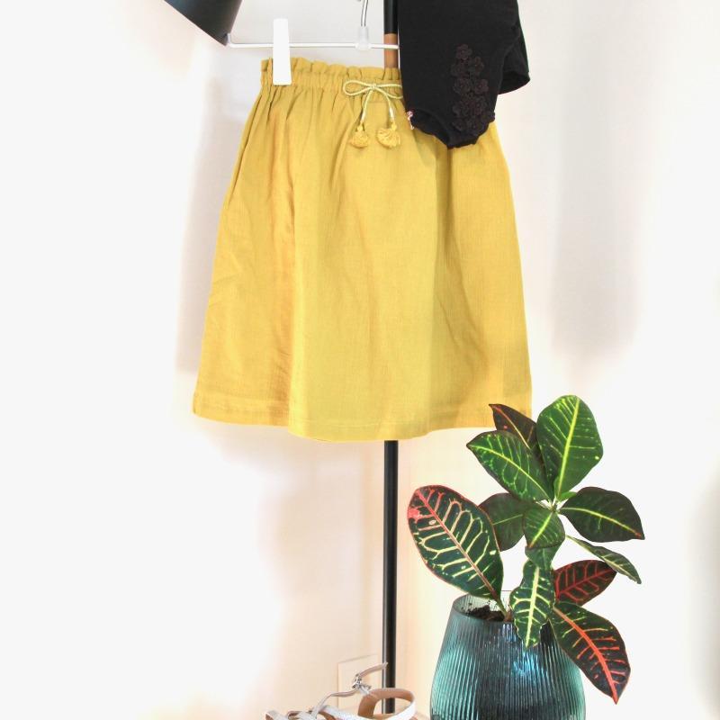Le printemps tout doux de Camille : la jupe neuve Petite Lucette, le t-shirt et les sandales de seconde main
