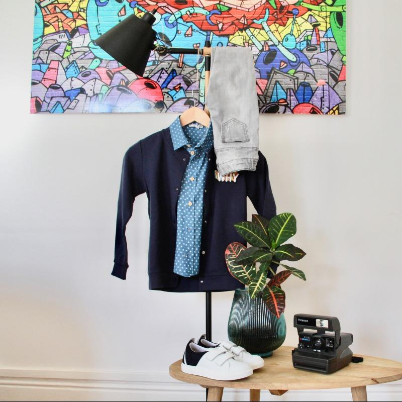 """Le look """"street"""" de Nolan : La chemisette neuve Petite Lucette, le teddy neuf Chat-Mao, les baskets neuves M Moustache et le jeans de seconde main."""