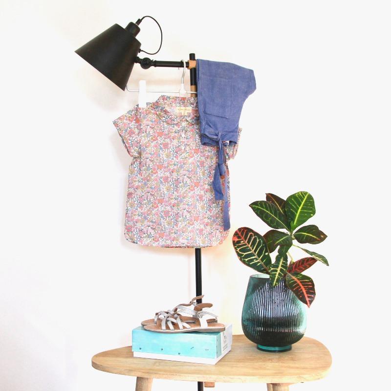 La tenue de Fatiha : La blouse neuve La Petite collection, le pantalon et les sandales de seconde main.