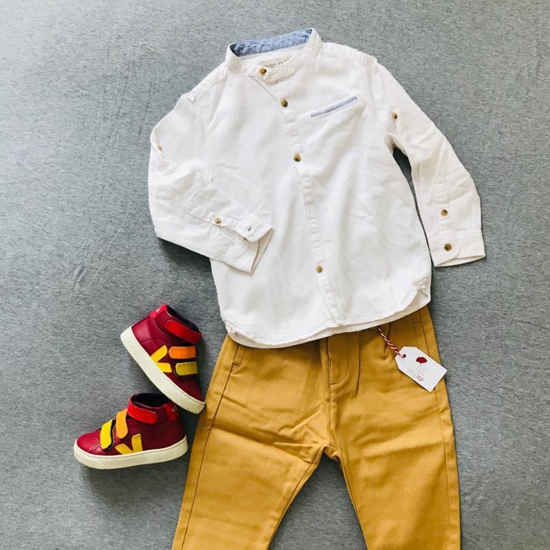 Le look de rentrée de Gabriel : Le chino neuf La Petite Collection, la chemise de 2nde main & les sneakers de 2nde main